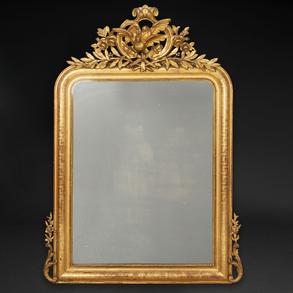 Espejo de pared estilo Luís XVI en madera tallada y dorada. Trabajo francés, Siglo XIX