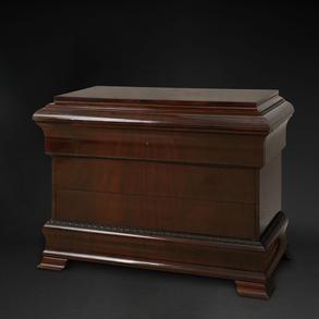 Cómoda Biedermeier  con cuatro cajones y cajón secreto en madera de caoba y limoncillo. Finales del Siglo XIX