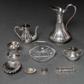Conjunto de jarra de agua, ceniceros, pastillero, pinza, Tetera, Azucarero, candelero y cenicero en plata española punzonada. Siglo XX