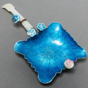 Ornamento Chino  para ofrendas realizado en esmalte y mango en jade tallado. Trabajo Chino, S. XX