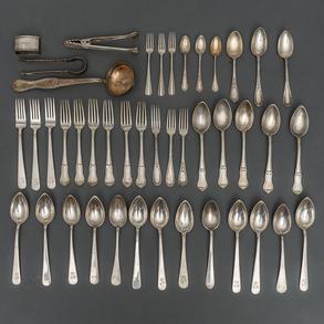 Miscelánea de tenedores, cucharas, cucharillas y alguna pala en plata punzonada. S. XX