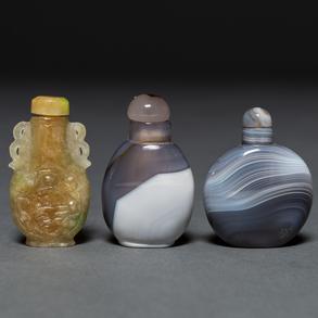 Conjunto de tres tabaqueras chinas realizadas en piedra de ágata.Trabajo Chino, Siglo XX