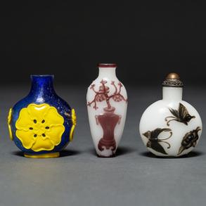 Conjunto de tres tabaqueras chinas en cristal tallado color azul y blanco. Siglo XX