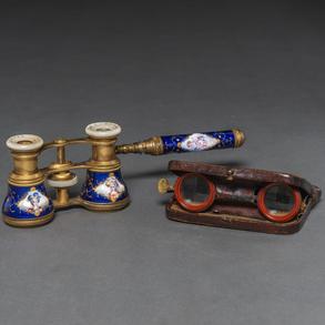 Conjunto de dos prismáticos y anteojos del siglo XX