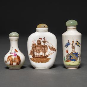 Conjunto de tres tabaqueras en porcelana china para el mercado de la exportación. Siglo XX